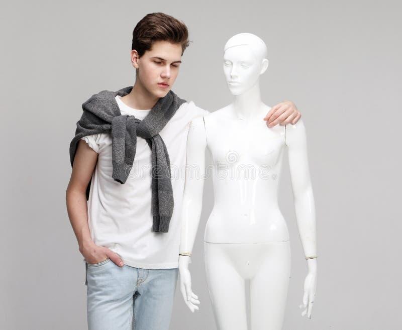T-shirt blanc de port de jeune mod?le masculin images libres de droits