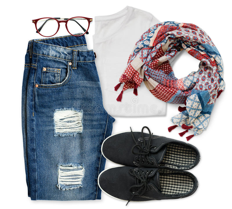 T-shirt branco, calças de brim azuis do noivo, vidros vermelhos, lenço e blac fotografia de stock
