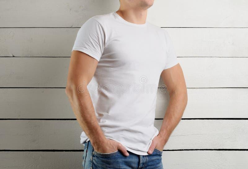 T-shirt brancos do modelo em um homem fotos de stock royalty free