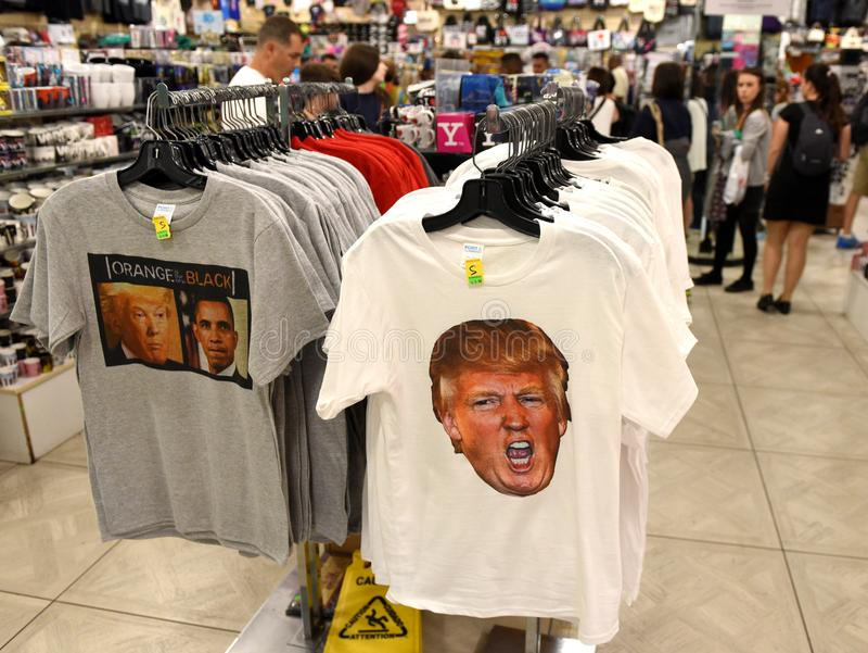 T-shirt comportant Donald Trump dans la boutique de cadeaux dans nouveau photos stock