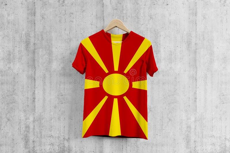 T-shirt da bandeira de Macedônia no gancho, ideia uniforme do projeto da equipe macedônia para a produção do vestuário Desgaste n ilustração royalty free