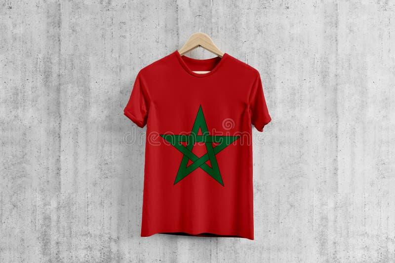 T-shirt da bandeira de Marrocos no gancho, ideia uniforme do projeto da equipe marroquina para a produção do vestuário Desgaste n imagem de stock royalty free