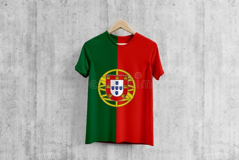 T-shirt da bandeira de Portugal no gancho, ideia uniforme do projeto da equipe portuguesa para a produção do vestuário Desgaste n ilustração stock