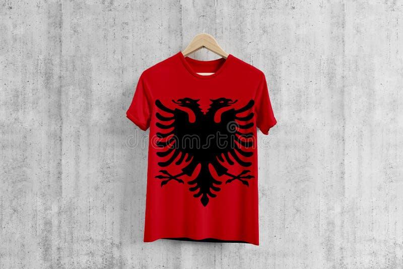 T-shirt de drapeau de l'Albanie sur le cintre, idée uniforme de conception d'équipe albanaise pour la production de vêtement Usag illustration stock