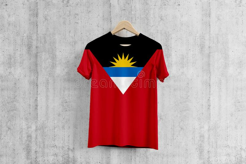 T-shirt de drapeau de l'Antigua-et-Barbuda sur le cintre, idée uniforme de conception d'équipe pour la production de vêtement Usa illustration de vecteur