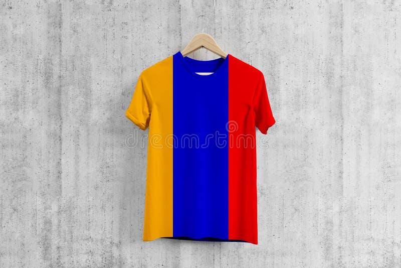 T-shirt de drapeau de l'Arménie sur le cintre, idée uniforme de conception d'équipe arménienne pour la production de vêtement Usa illustration de vecteur