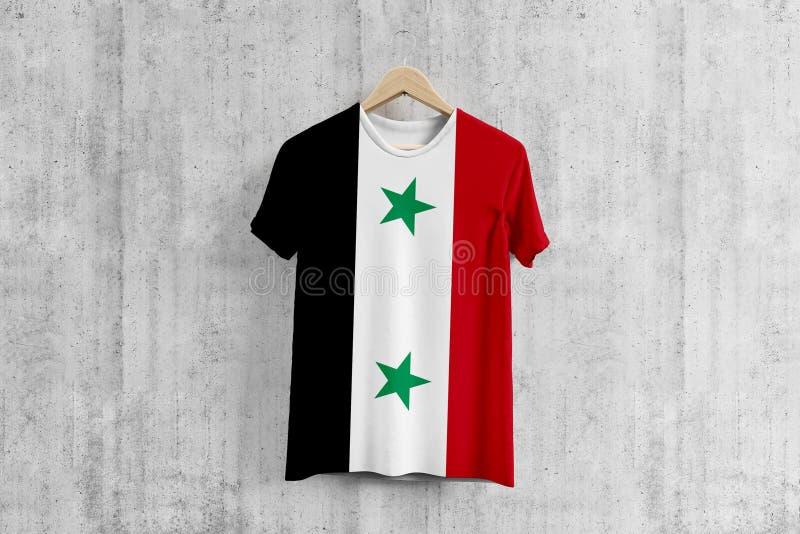 T-shirt de drapeau de la Syrie sur le cintre, idée uniforme de conception d'équipe syrienne pour la production de vêtement Usage  illustration libre de droits