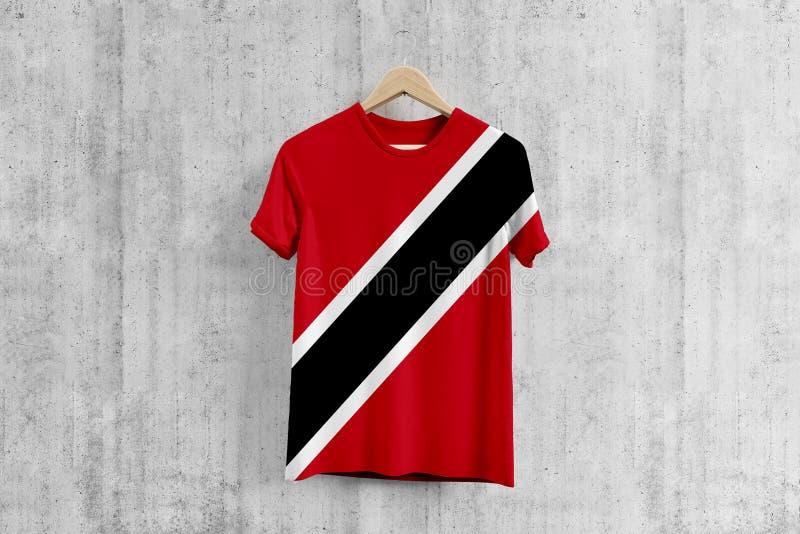 T-shirt de drapeau de Trinidad And Tobago sur le cintre, idée uniforme de conception d'équipe pour la production de vêtement Usag photos stock