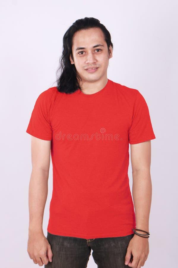 T-shirt de Front View Blank Red no modelo masculino asiático foto de stock