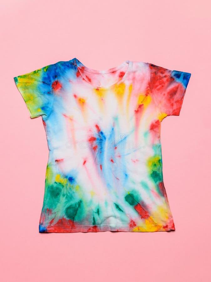T-shirt in de stijl van de bandkleurstof op een roze achtergrond wordt geschilderd die Vlak leg Het gebruik als patroon vult, ach royalty-vrije stock fotografie
