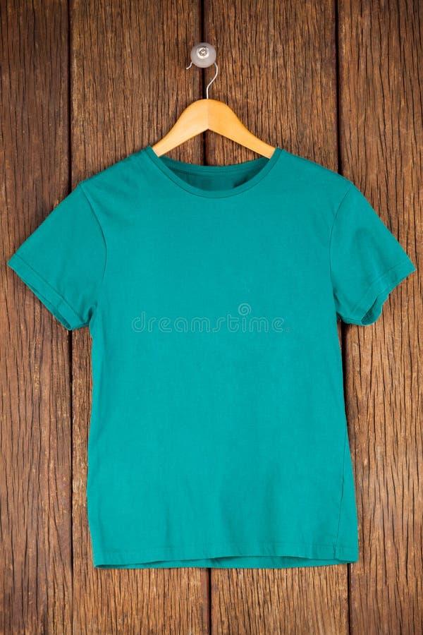 T-shirt de turquoise sur le cintre photos libres de droits
