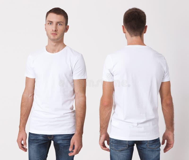 T-Shirt Design und Leutekonzept - nah oben vom jungen Mann im leeren weißen T-Shirt, Hemd, Vorder- und Rückseite lokalisiert Spot lizenzfreie stockfotografie