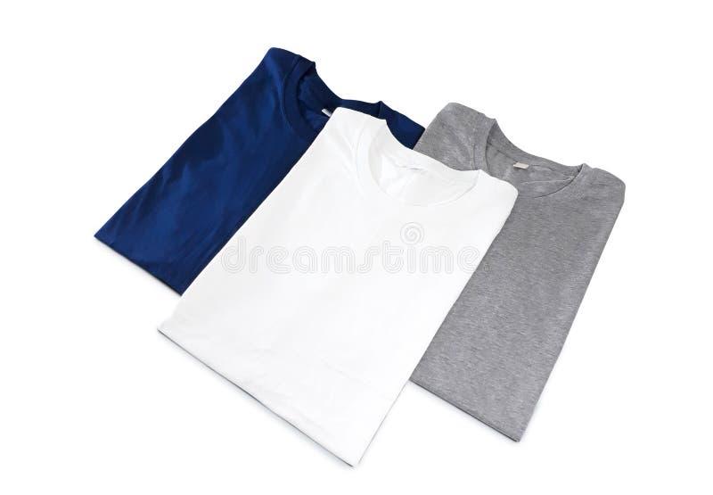 T-shirt dobrados isolados no fundo branco - trajeto de grampeamento fotos de stock
