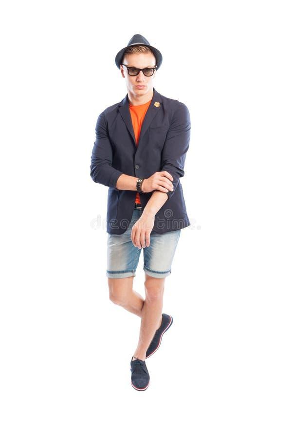 T-shirt, elegant jasje, korte jeans, hoed en zonnebril royalty-vrije stock fotografie