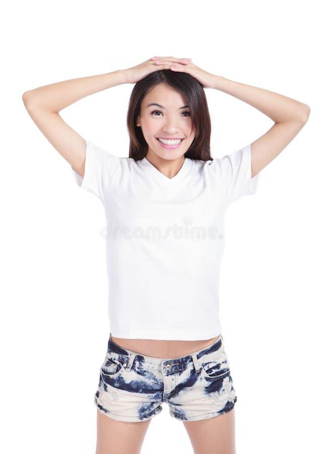 T-shirt feliz do branco da mostra do sorriso da menina imagens de stock