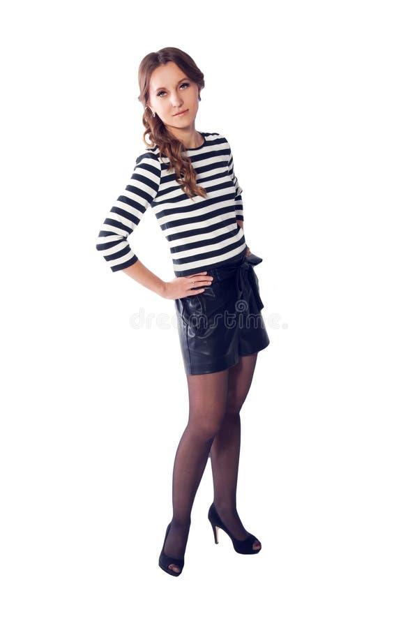 T-shirt listrado vestindo e short da mulher loura nova com hig fotografia de stock royalty free