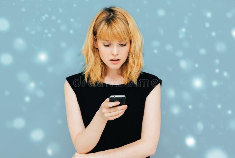 T-shirt noir de beaux de femme jeans modèles heureux de fille posant le fond positif heureux de sourire de neige d'hiver avec le  photos libres de droits