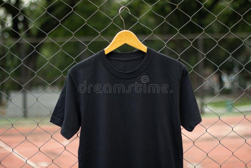 T-shirt noir vide de base pour la moquerie  photos stock