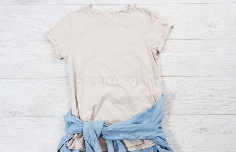 T-Shirt oben, T-Shirt mock up, leeres Hemd Sommerkonzept Gelegenheitskleidung Hintergrund Kopierraum Blindhemd auf Holz lizenzfreie stockbilder