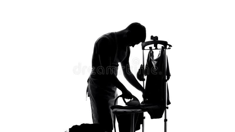 T-shirt passando do único homem pela primeira vez, deveres do agregado familiar, estilo de vida do licenciado foto de stock