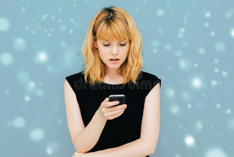 T-shirt preto das calças de brim modelo bonitas felizes da menina da mulher que levanta o fundo positivo feliz de sorriso da neve fotos de stock royalty free