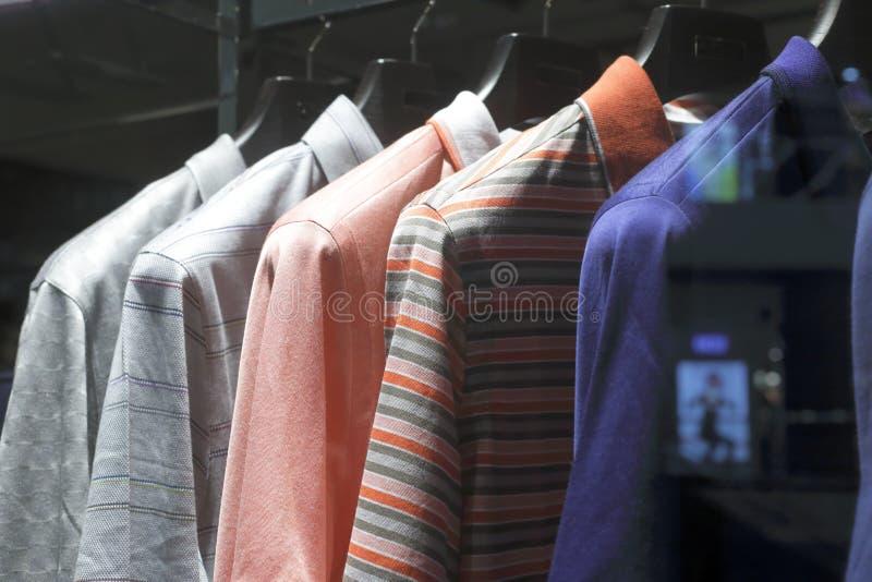 T-shirt que penduram na loja fotos de stock royalty free