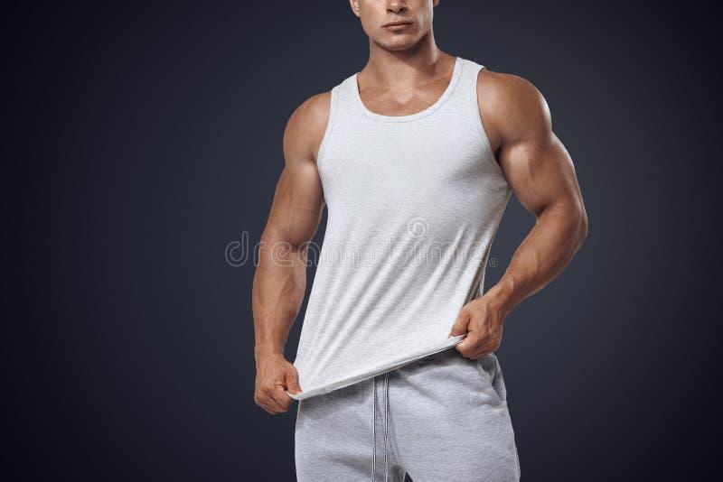 T-shirt sem mangas branco vestindo do halterofilista novo fotografia de stock royalty free