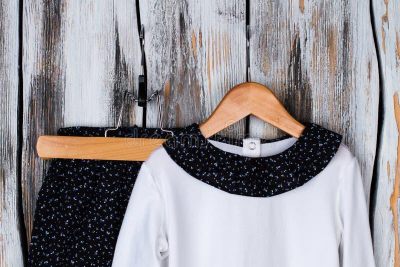 T-Shirt und Hosen für Mädchen stockfotos