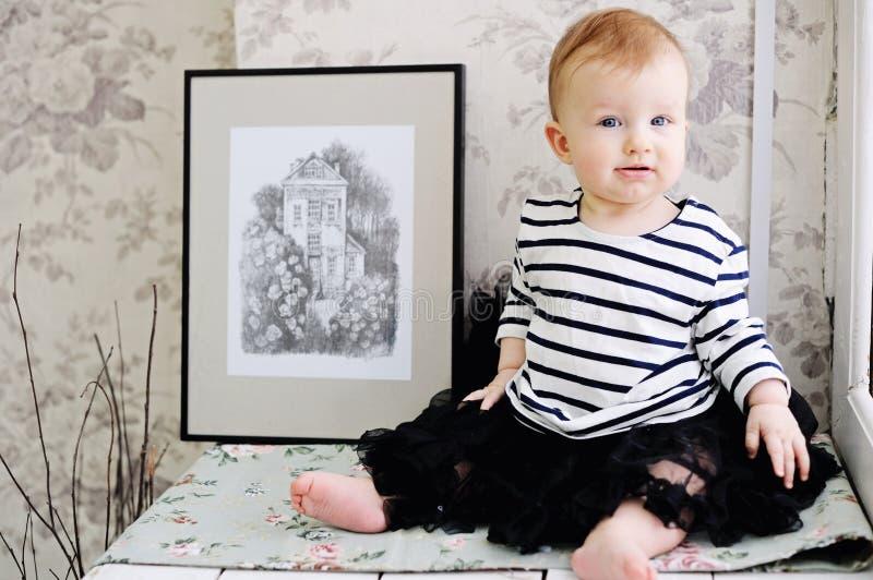 T-shirt vestindo da listra da menina engraçada da criança imagens de stock