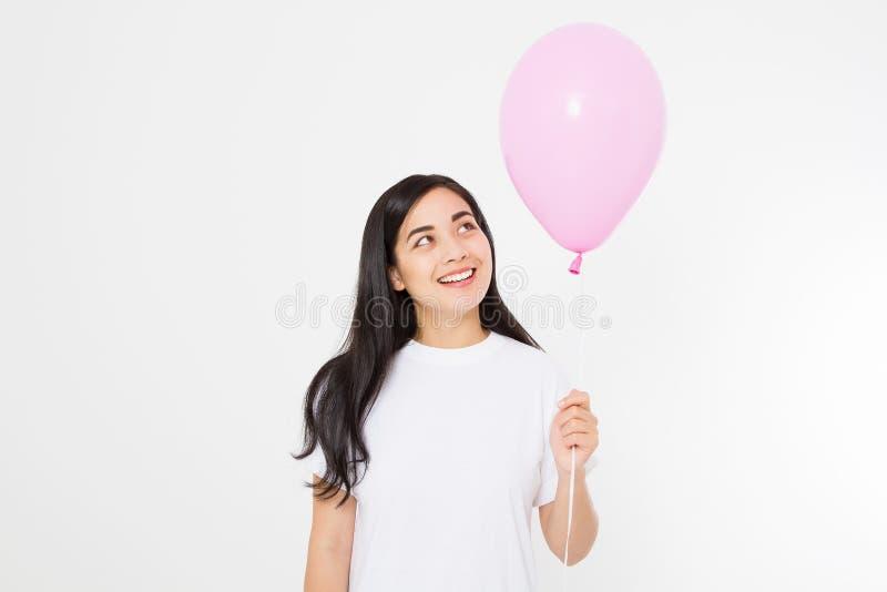 T-shirt vide de calibre Joyeux anniversaire Fille asiatique heureuse avec le ballon d'isolement sur le fond blanc Copiez l'espace images libres de droits