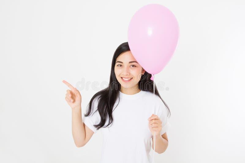 T-shirt vide de calibre Joyeux anniversaire Fille asiatique heureuse avec le ballon d'isolement sur le fond blanc Copiez l'espace images stock