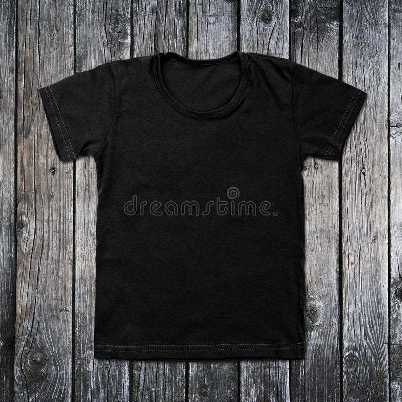 T-shirt vide noir sur le fond en bois photos stock