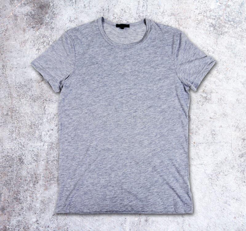 T-shirt vide sur le fond concret image stock