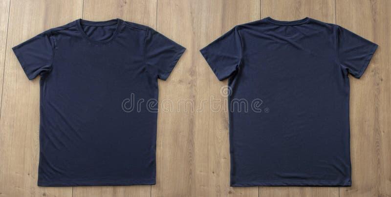 T-shirtmodel en malplaatje op houten achtergrond voor manier en grafische ontwerper stock fotografie