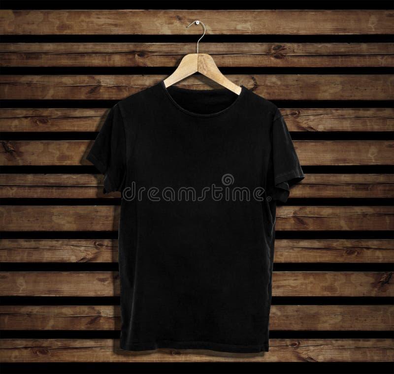 T-shirtmodel en malplaatje op houten achtergrond voor manier en grafische ontwerper royalty-vrije stock afbeelding