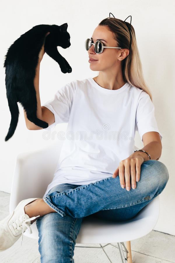 T-shirtmodel op model royalty-vrije stock foto's