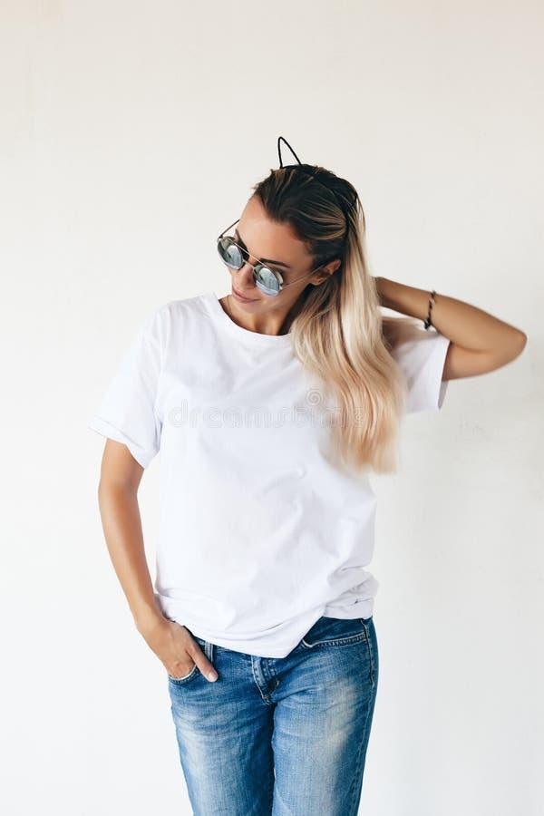 T-shirtmodel op model royalty-vrije stock fotografie