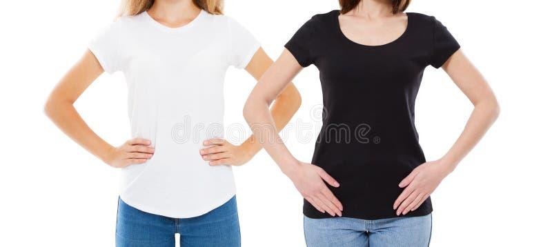 T-shirtontwerp en mensenconcept - sluit omhoog van jonge vrouw in geïsoleerde overhemds lege witte en zwarte t-shirt stock foto's