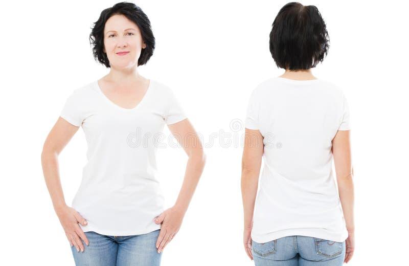 T-shirtontwerp en mensenconcept - sluit omhoog van vrouw op middelbare leeftijd in lege witte t-shirt, geïsoleerde overhemdsvoorz stock afbeeldingen