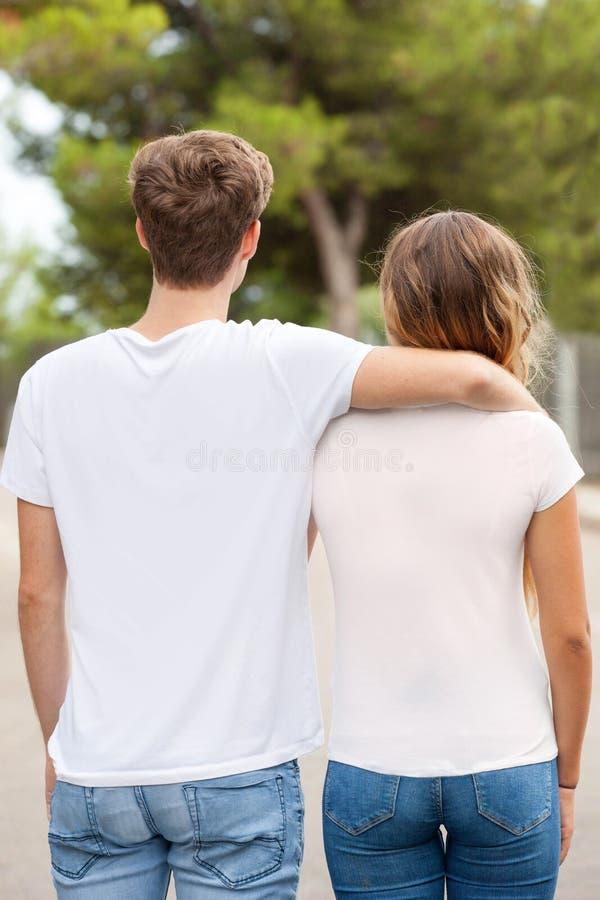2 T-shirts blancs en blanc pour la publicité d'imprimantes images stock