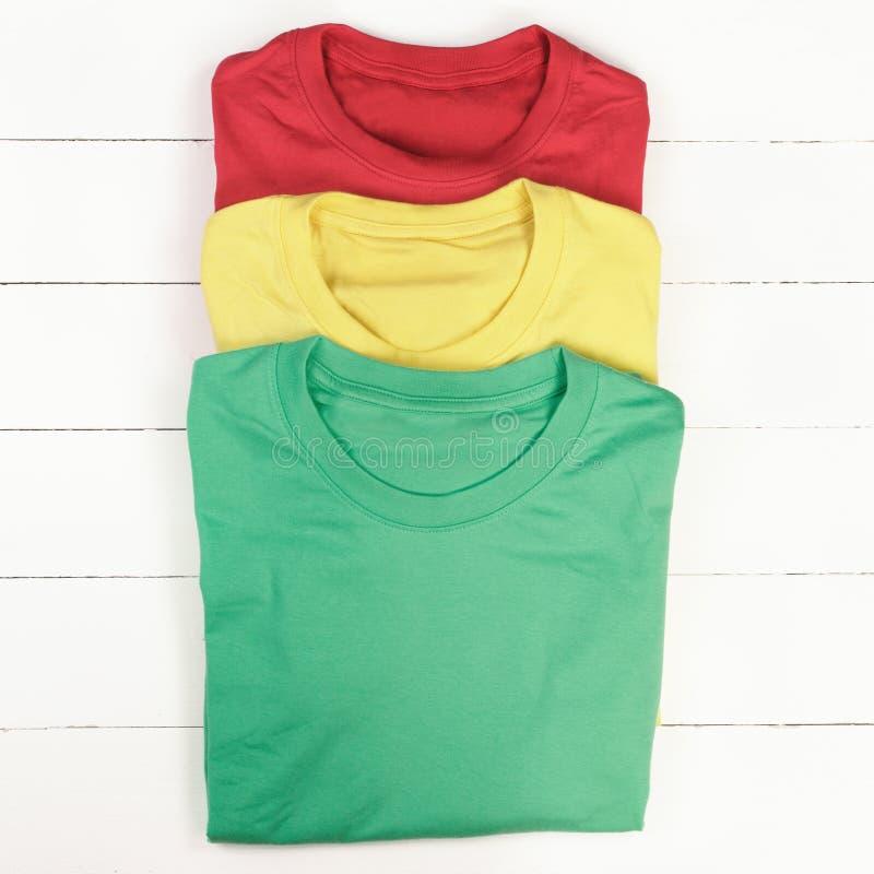T-shirts colorés photo libre de droits