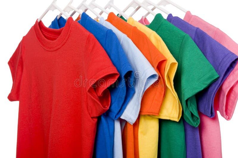 T-shirts colorés sur le blanc images stock