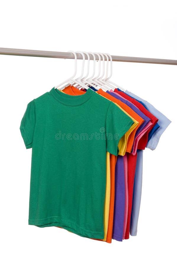 T-shirts colorés sur le blanc photographie stock libre de droits