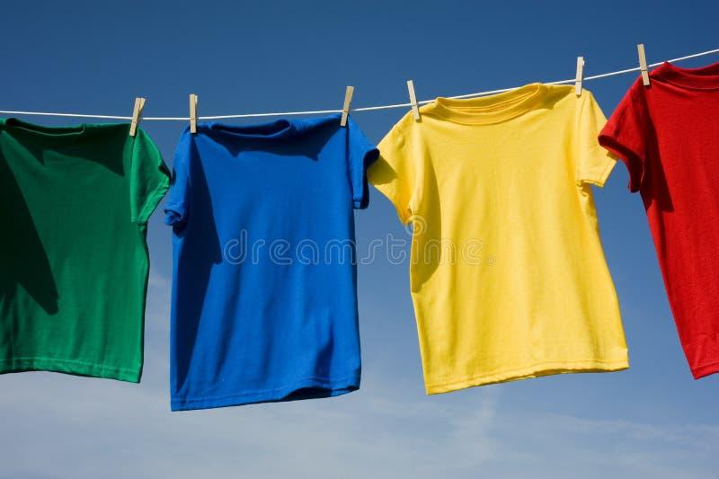 T-shirts colorés sur le ciel bleu photos stock