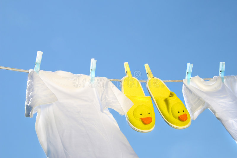 T-shirts Et Chaussons Blancs Sur La Corde à Linge Photographie stock libre de droits