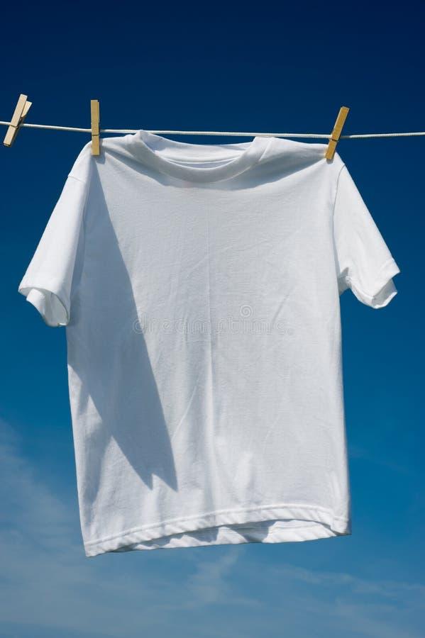 T-shirts op een Drooglijn royalty-vrije stock afbeelding