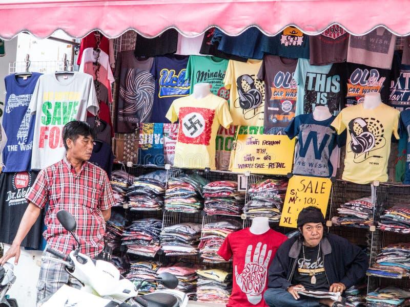 T-Shirts Verkäufer in Bangkok stockfotos