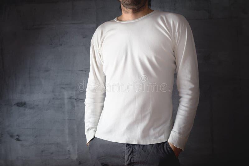 T-skjorta för manblankovit royaltyfri fotografi