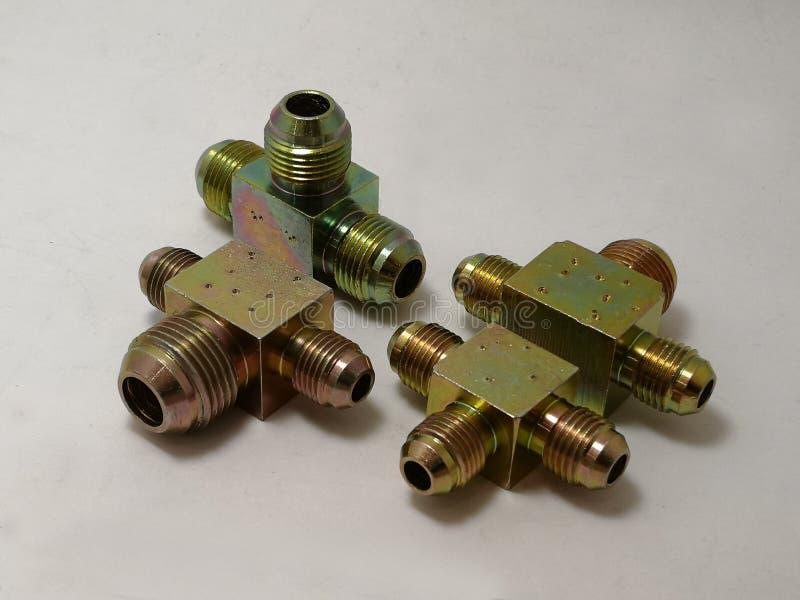 T-stuk van Staal voor de installatie van hydraulische pijpen, voor verbinding van takken in het hydraulische leveringssysteem dat stock fotografie