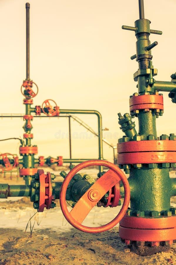 T?te de puits d'huile avec l'armature de valve Th?me d'huile et d'industrie du gaz Concept de p?trole photos libres de droits